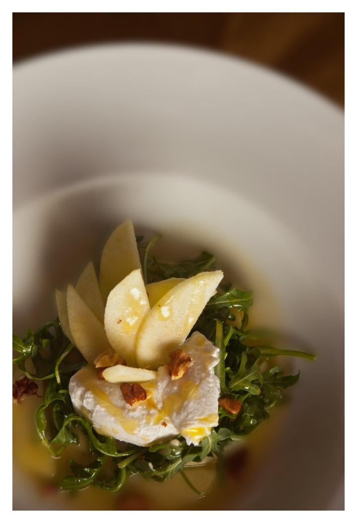 Ensalada de manzanas, rúcula, yogur persa y vinagreta demiel