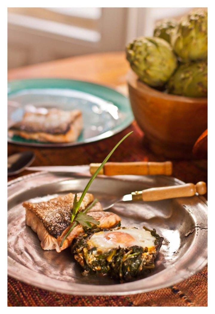 Cazuela de espinacas y huevos con salmón asado
