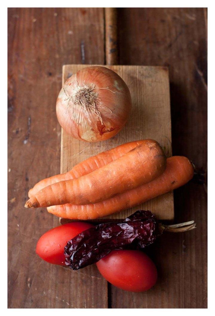 Cebolla, tomates, chiles secos y zanahorias