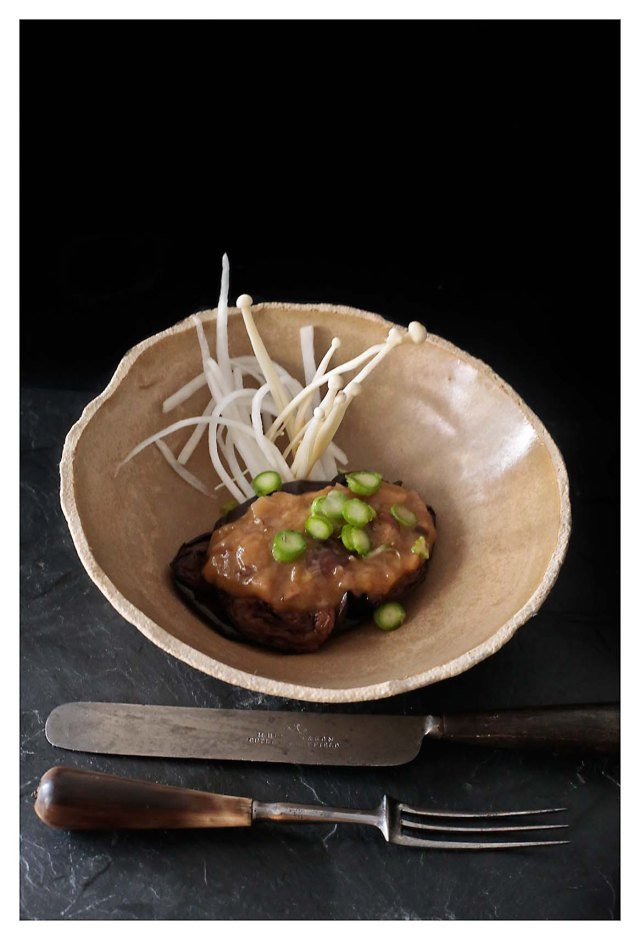 berenjenas fritas con vinagreta de boletus y ensalada de daikon